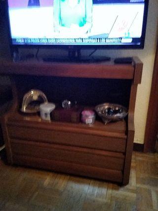 mueble de televisión, con ruedas.