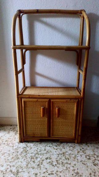 Mueble de madera y mimbre.