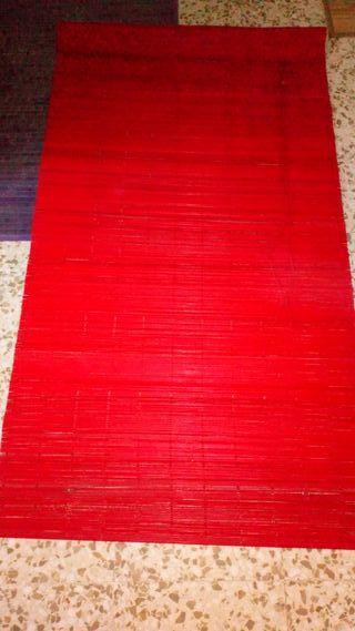 Cortina de madera roja.