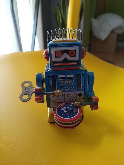Robot antiguo de metal