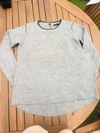 Jersey gris con detalles efecto piel