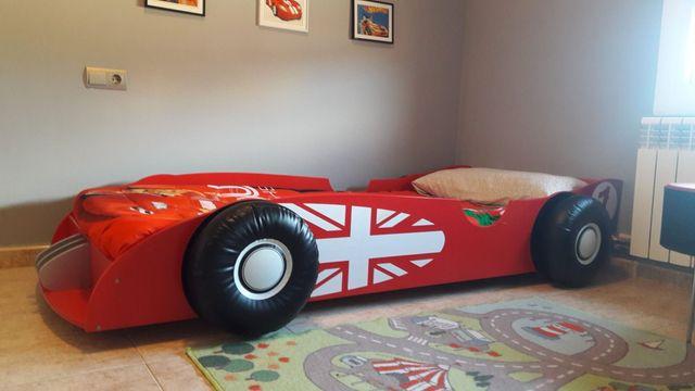 cama coche más sillón forma.