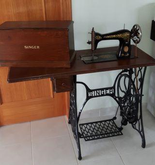 Maquina de coser Singer con mueble.