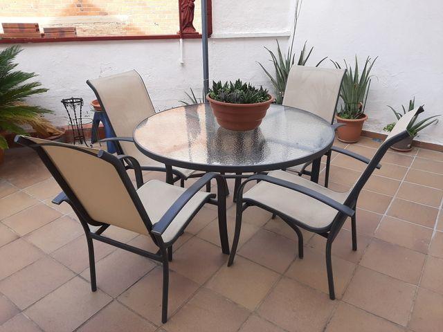 mesa y sillones de jardín