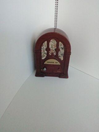 Radio pequeño imitacion antiguo.