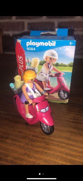 Niña y moto