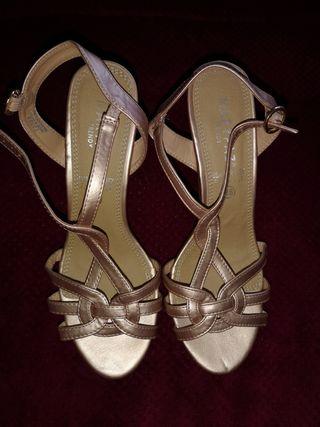 zapatos metalizados de tacón