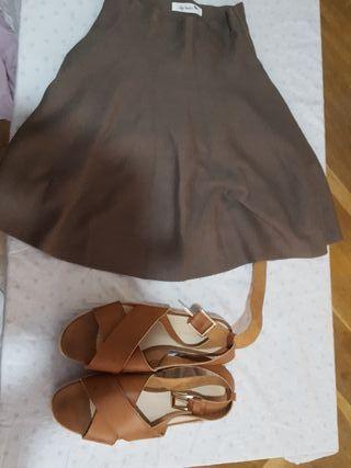 falda y sandalias