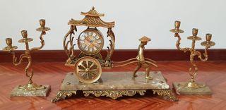 Reloj Carro Oriental y Candelabros en Bronce.