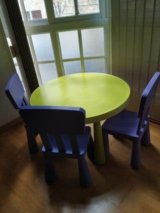 Mesa y 3 sillas infantiles