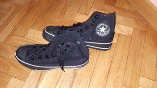 Zapatillas CONVERSE negras.