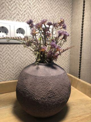 Jarrón color malva con flores lavanda