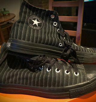 Zapatillas de Bota Converse color negro a rayas.
