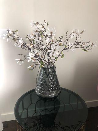 Jarrón labrado gris ahumado con flores marca SIA
