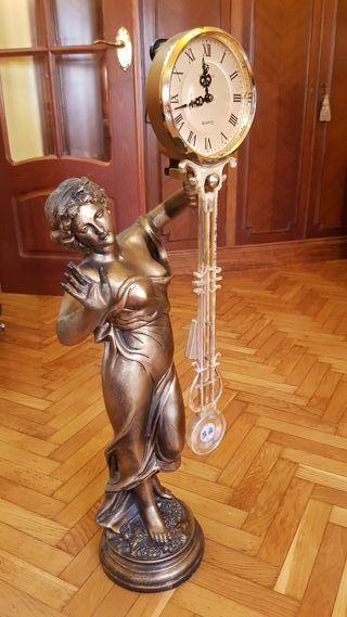 Estatua clásica con reloj pendular