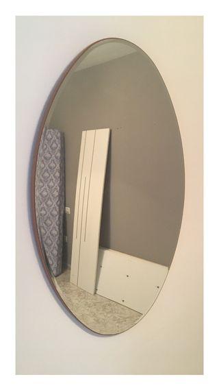 Espejo ovalado grande.