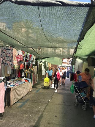 parada de mercado con ropa