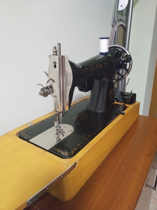 Máquina de coser Alfa antigua con motor de segunda mano
