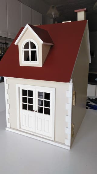 Casa muñecas madera semi amueblada