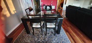 mesa cuadrada de cristal y madera lacada .