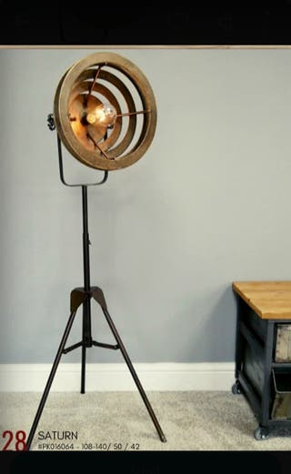 Lámpara trípode de hierro