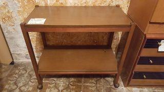 mesa de madera con ruedas