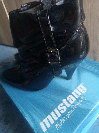 botines negros mustang