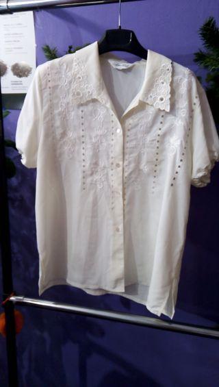 Blusa blanca bordados manga corta rizada