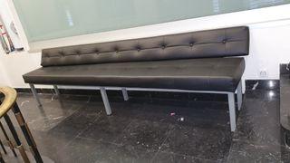 banco tapizado negro estructura metálica