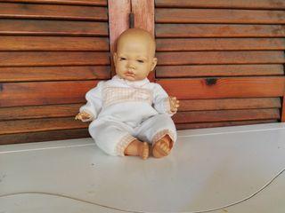 Tierno y lindo muñeco bebé.