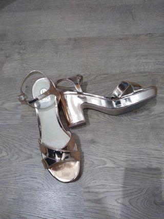 Sandalias doradas de fiesta del 39