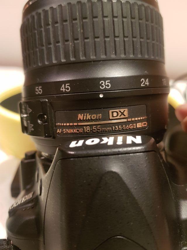 Nikon D3100 más dos objetivos.