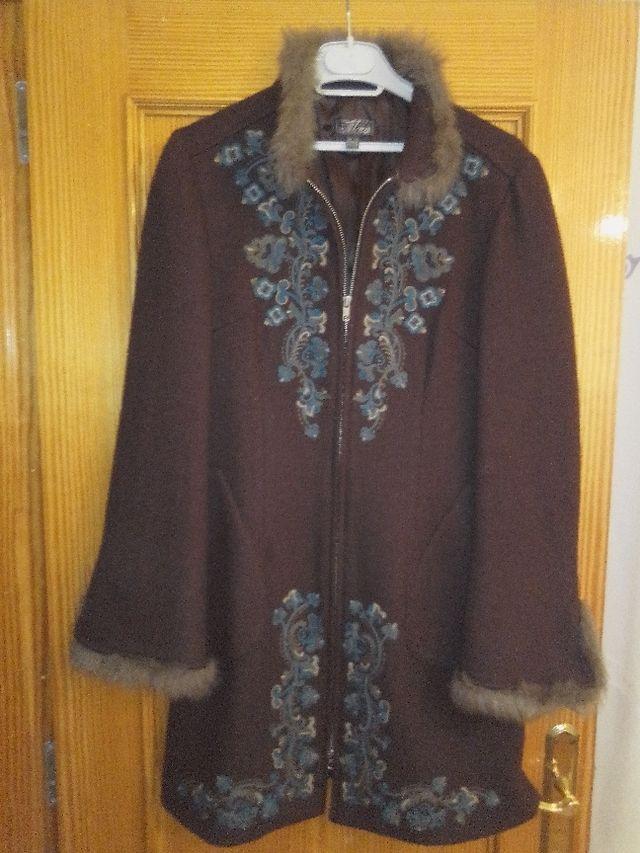 Un abrigo de vestir.