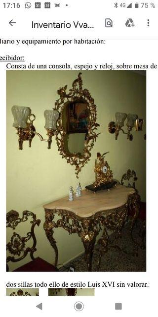 Consola, sillas, espejo y reloj, estilo Luis XVI