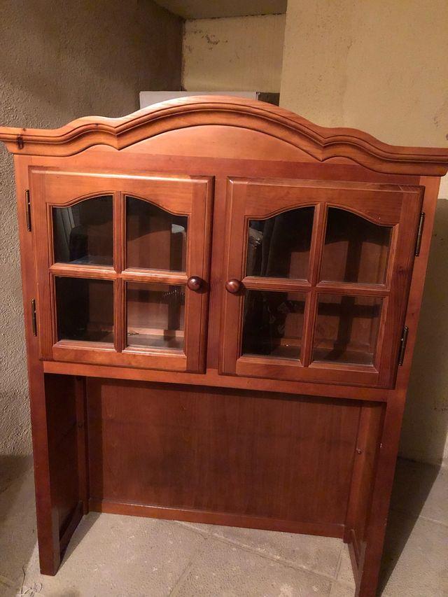 Mueble vitrina salón pino
