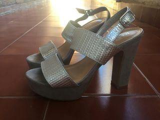 sandalias plateadas de tacón