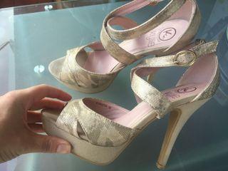 Sandalias doradas de tacón