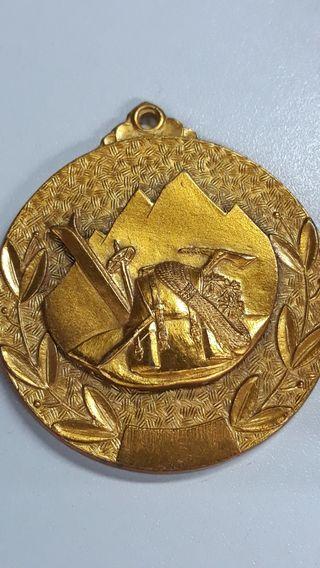 Medalla antigua de montaña y piolet