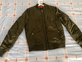 Bomber color verde militar Pull and Bear