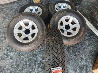 llantas rueda con neumáticos puesto 4x4