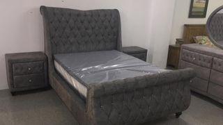 Precioso dormitorio de terciopelo gris.