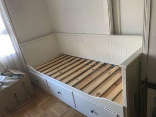Cama son estructura de madera en color blanco