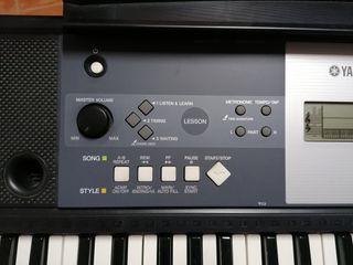 teclado Yamaha con pie
