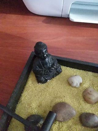 Buda con rastrillo zen