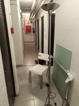 chollo , mesa , sillas y lámpara de pie