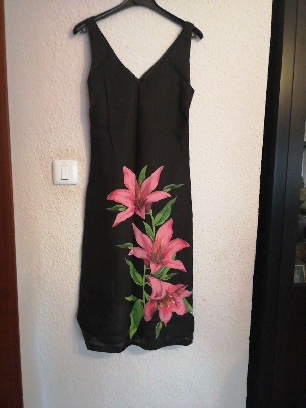 Vestido negro de flores.