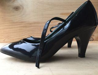 Zapatos negros de charol con tobillera 37