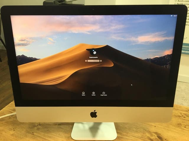 Mac sobre mesa