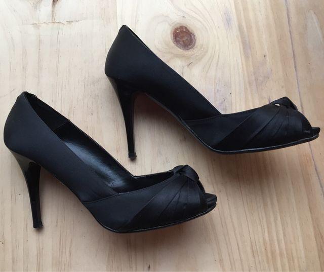 Zapatos negros de raso con plataforma