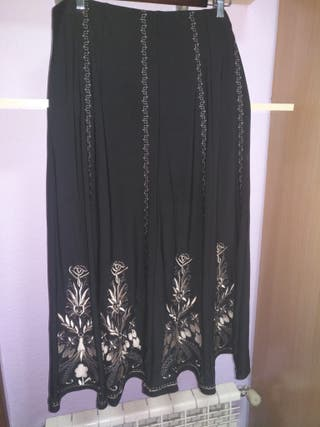 Falda negra bordada larga. Talla 48